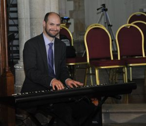 Andrew Hedges playing keyboard to entertain the guests